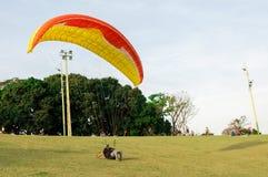 Traning e la prova paracadutano nel parco indigeno di Nations chiamato parco con la gente intorno alla sorveglianza immagini stock libere da diritti