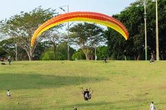 Traning e la prova paracadutano nel parco indigeno di Nations chiamato parco con la gente intorno alla sorveglianza fotografia stock libera da diritti