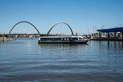 Tranpserthveerboot die aan Elizabeth Quay Jetty in de Stad van Perth aankomen Royalty-vrije Stock Foto's