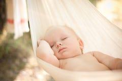 Tranquilidad del sueño del bebé en la hamaca Imágenes de archivo libres de regalías