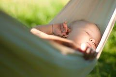 Tranquilidad del sueño del bebé en la hamaca Imagen de archivo libre de regalías