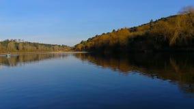 Tranquilidad y reflexiones en un río de aguas azules almacen de metraje de vídeo