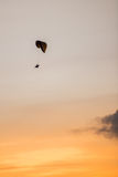 Tranquilidade descendente do paraquedas no por do sol dourado Foto de Stock