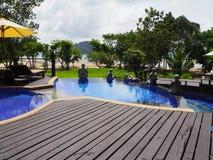 Tranquilité autour de la piscine à l'île thaïlandaise photo libre de droits