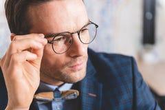 Tranquilité de démonstration masculine intelligente dans le bureau Image stock