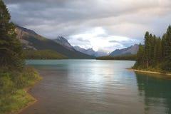 Tranquilité de soirée au lac Maligne Photographie stock
