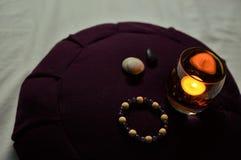 Tranquillità di silenzio di Zen Buddhist Meditating Room Spirituality del cuscino di meditazione fotografia stock libera da diritti