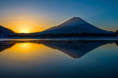 Tranquillità; Il monte Fuji con le riflessioni Fotografie Stock Libere da Diritti