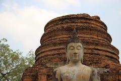 tranquillité Temple antique avec la statue de Bouddha et le vieux Stupa photos stock