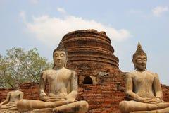 tranquillité Temple antique avec la statue de Bouddha et les feuilles vertes photo libre de droits