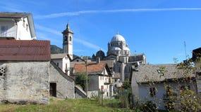tranquillité Village re et vieille église de village dans l'été images libres de droits