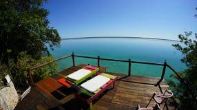 Tranquilo y relajándose en la silla de cubierta en la laguna Bacalar foto de archivo libre de regalías