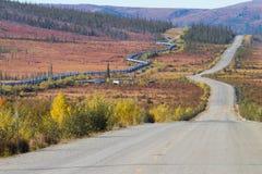 Trans.-Alaska rörledning längs den Dalton huvudvägen till den Pudhoe fjärden i Alaska Arkivbilder