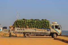 Trans. av bananer på en lastbil i porten av Jinja arkivbild