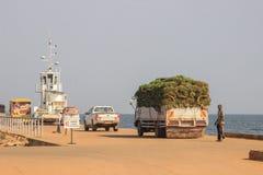 Trans. av bananer på en lastbil i porten av Jinja royaltyfri fotografi