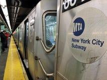 Trans. för drev för MTA-teckenNew York City gångtunnel underjordiskt royaltyfri foto
