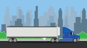 Trans. för lastbilsläpblått på huvudvägen med stadsbakgrund Fotografering för Bildbyråer