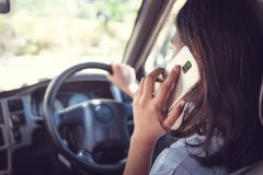 Trans.- och medelbegreppet - man genom att anv?nda telefonen, medan k?ra bilen arkivfoto
