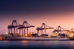 Trans. och sändande terminal för logistikpäfyllningsskeppsdocka , Behållareimport och export av industriell havsfrakttransport , arkivbild