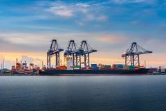 Trans. och sändande terminal för logistikpäfyllningsskeppsdocka , Behållareimport och export av industriell havsfrakttransport , arkivfoton