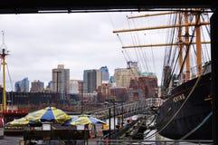 Trans. på en pir och ett stort skepp i en stad royaltyfri bild