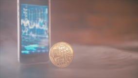 Transação ou investimento de Bitcoins Smartphone com a carta de troca do dinheiro do bitcoin no tela modelo 2018 dourado do bitco filme