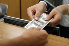 Transacción de dinero en circulación Fotografía de archivo libre de regalías