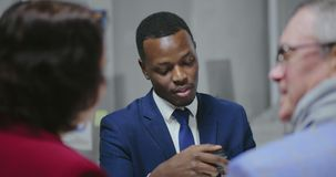 Transacción de la tarjeta de crédito Encargado de venta africano del coche almacen de metraje de vídeo