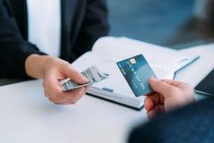 Transacción de transferencia monetaria Cashless del pago fotos de archivo libres de regalías