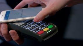 Transacción del pago con smartphone Tecnología móvil del pago de NFC almacen de metraje de vídeo