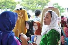 Transacción del vendedor de Hijab con el cliente Imagen de archivo