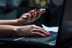 Transacciones en su teléfono móvil y ordenador portátil fotografía de archivo libre de regalías