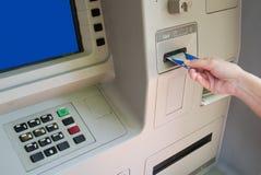 Transactie bij ATM stock afbeeldingen