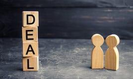 Transactieconcept Twee mensen bespreken de termijnen van de transactie Financiële overeenkomst Leid en win in groepswerk royalty-vrije stock afbeeldingen