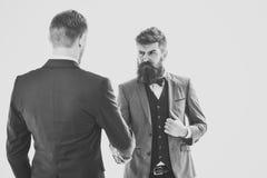 Transactions Hommes dans les costumes classiques, hommes d'affaires, associés se réunissant, fond blanc, d'isolement Photo stock