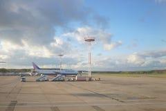 Transaero喷气机在多莫杰多沃机场 免版税库存照片