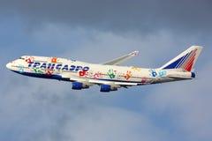 Transaero Boeing 747 dans la livrée de vol d'espoir fait le tour final pour débarquer à l'aéroport international de Vnukovo, régi Photographie stock libre de droits