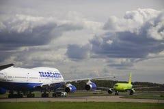Transaero Boeing 747-400 e s7 Airbus 320 Foto de Stock Royalty Free