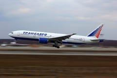 Transaero Boeing 777-200 EI-UNU på Domodedovo internationalairp Arkivbilder