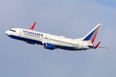 Transaero Boeing 737-800 maakt definitieve draai aan land bij de internationale luchthaven van Vnukovo Royalty-vrije Stock Fotografie
