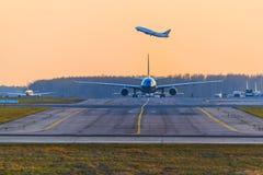 Transaero Boeing 737 stijgt op een Luchtbus A330 Vietnam Airlines op stock foto's
