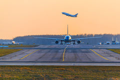 Transaero Boeing 737 takes off on an Airbus A330 Vietnam Airlines Stock Photos