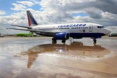 Transaero-Fluglinien Boeing 737-500 EI-DTU, das bei Domodedovo I mit einem Taxi fährt Lizenzfreie Stockfotografie