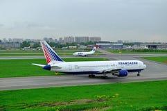Transaero flygbolag Boeing 767-3P6ER och UTair flygbolag Boeing 737-500 flygplan i Pulkovo den internationella flygplatsen i St P Royaltyfri Foto