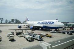 Transaero flygbolag Boeing 747 som landas på Phuke Royaltyfri Fotografi