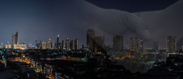 Transakcja biznesowy mężczyzna z nowożytnym nocy miasta sztandarem zdjęcia royalty free