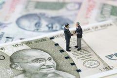 Transakcja, negocjacja i współpraca dla, India pieniężnego i econ zdjęcie royalty free