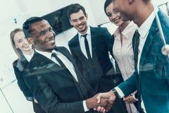 transakcja robi Wieloetniczny biznesowy spotkanie handshake biznesowego biznesmena cmputer biurka laptopu spotkania ja target1953 Fotografia Stock