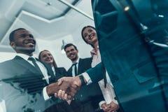 transakcja robi Wielonarodowy biznesowy spotkanie handshake biznesowego biznesmena cmputer biurka laptopu spotkania ja target1953 Obraz Royalty Free