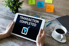 Transakcja uzupełniająca wiadomość na ekranie Cyfrowej bankowość i online płatniczy pojęcie obrazy royalty free